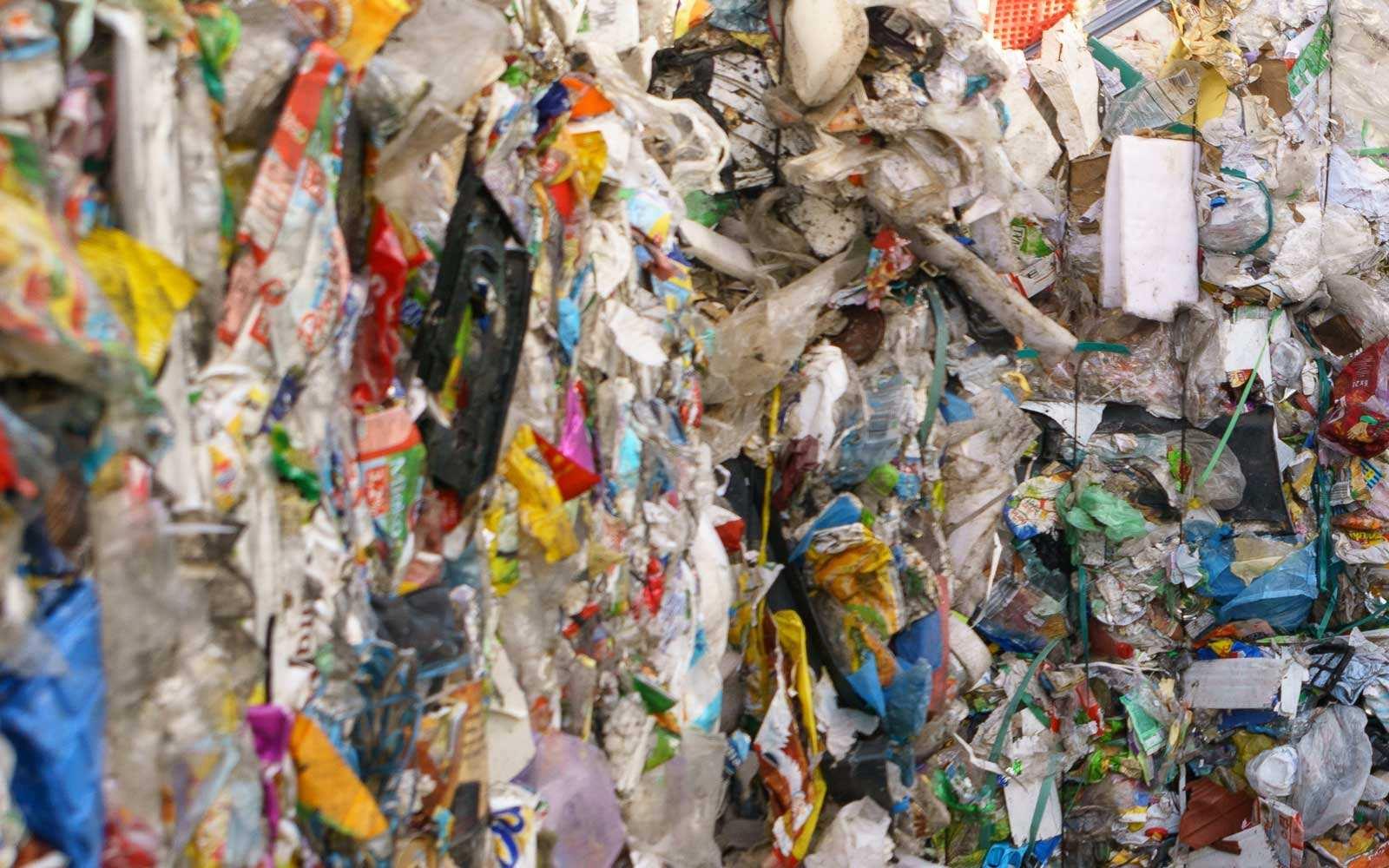 Kostki śmieci wsortowni odpadów. Fot. Krzysztof Skłodowski