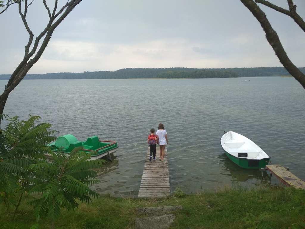 Dzieci nad jeziorem