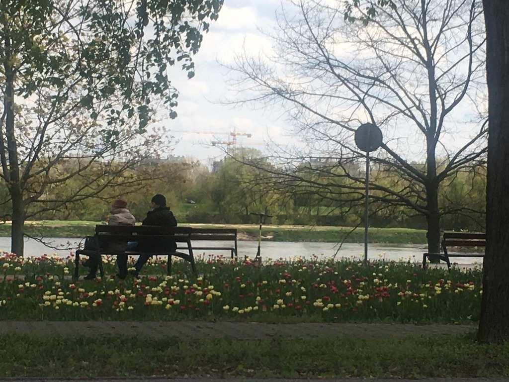 Wiosna, para na ławce nad rzeką
