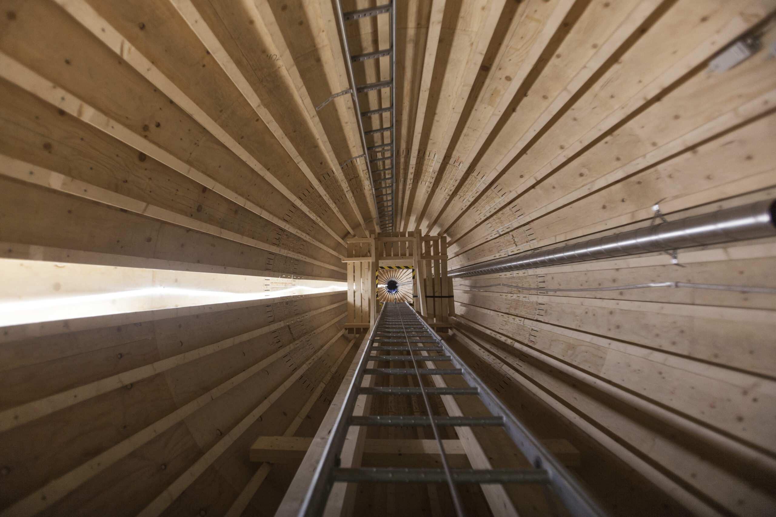 Wnętrze drewnianej elektrowni wiatrowej