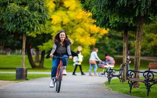 Pani na rowerze w mieście