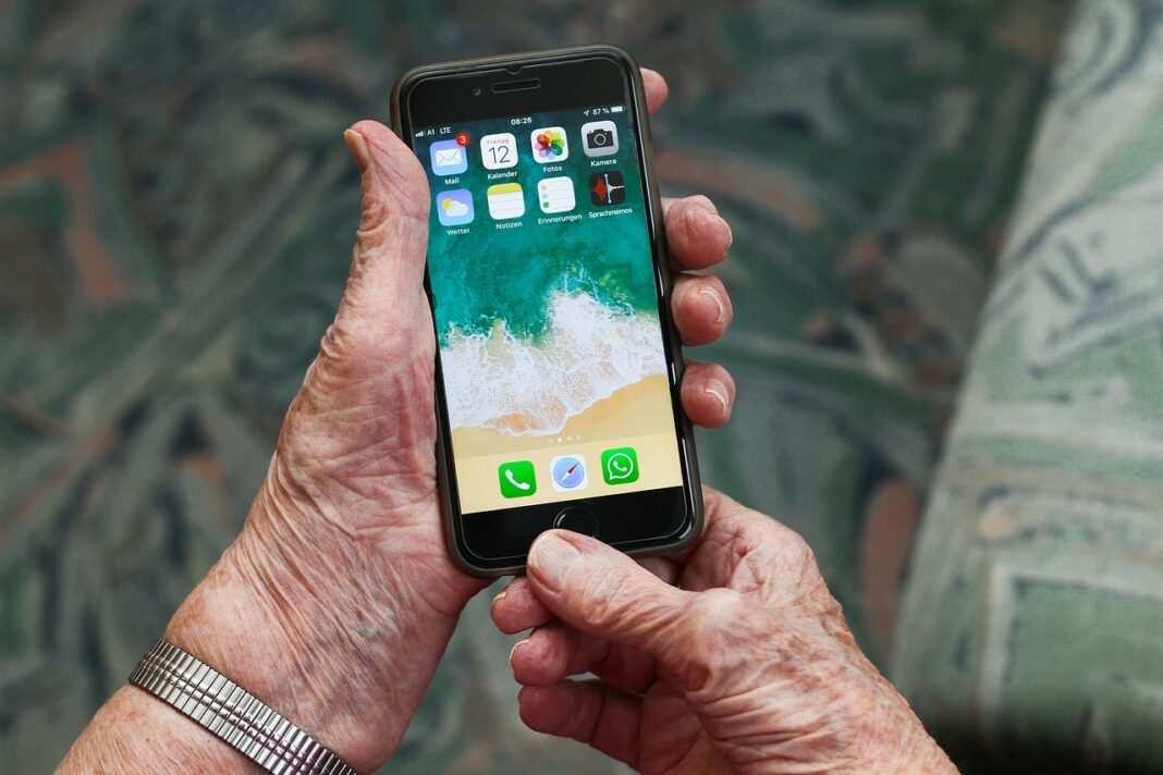 Senior ze smartfonem